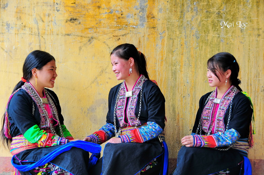Black Dzao girls at Lung Phin
