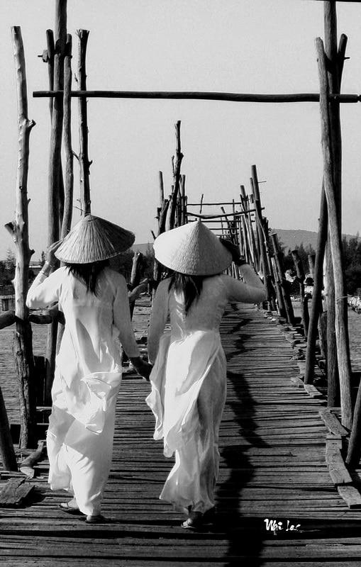 Vietnamese school girls-Photo taken 31st-August-2008 By Mai Loc